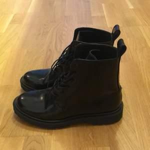 Lace-up leather boots från &Other Stories. Använda bara en gång.