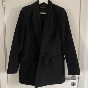 Svart kappa från Zara i kavajliknande modell, storlek XS. Bra skick (OBS! Fodret i båda fickor är dock trasigt)  Djur och rökfritt, vid fler bilder på passform skriv privat🤍