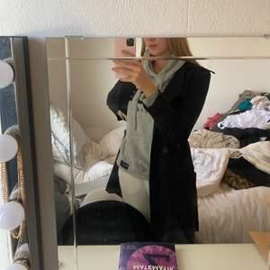 En svart kappa från Maria Westerlind. Storlek står inte men passar S.                                                                                    Pris: 300kr eller bud