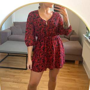 """Härlig """"luftig"""" klänning från Lindex med hjärtmönster av märket Holly&Whyte. Storlek S. Röd och svart. Dubbla lager tyg vid bröstet och kjolpartiet. I gott skick. Jag är en S/M och 168 cm. Köparen betalar frakten som tillkommer 💌"""