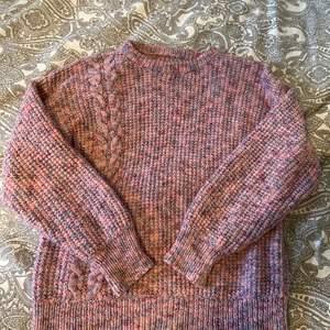 Säljer denna exklusiva stickade tröjan på grund av att färgen inte riktigt passar mig längre, tröjan är i ett tjockt hållbart material och är handgjord av en bekant❤️ Köpare står för frakten!