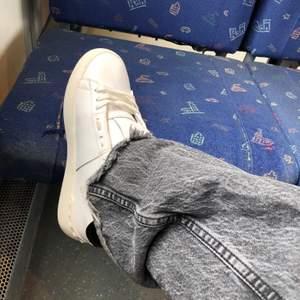 Säljer dessa populära helt slutsålda zara jeansen, bud tas från 300kr💕⚡️ köp direkt för 500kr💕