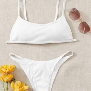 En vit SHEIN bikini. Väldigt fin och väldigt bra kvalitet. Säljer pga att jag köppte i fel storlek. Köparen står för frakt ❤️❤️