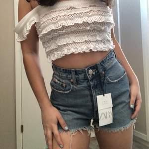 Lägger ut igen!!!!Helt nya och oanvända shorts i storlek 34. De är blåa och har små slitningar. Finns inte att köpa längre! Startbud: 200kr (exklusive frakt)