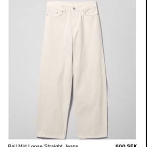 Vita baggy jeans från weekday i modellen rail. Har ett litet sträck på vaden men annars i toppen skick! Frakt tillkommer 💕