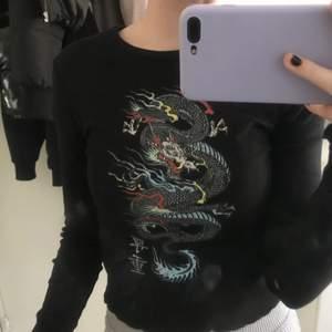 Jättefin tröja med en drake på ifrån new yorker!! Använd några få gånger. Jätteskönt material och fin. Frakt ingår inte