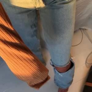 Blå jeans med ett hål på ena knät. Köpta på plick men passade tyvärr inte!!
