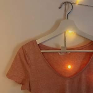 Basis aprikosfärgad t-shirt🤍 Bekväm och superfint till sommaren, är i S men passar även mig som normalt har M🙌