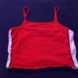Säljer detta röda linne från Ullared i storlek 158/164 men passar på som S. Kanpt använt! Säljer den för 30kr + frakt