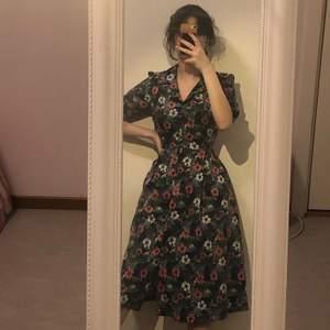 Jättefin vintage inspirerad klänning från det lyxiga märket uttam boutique ! Använt 3 gånger. original pris: 1036:-