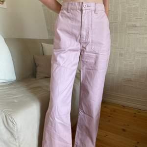 Rosa byxor från Dr Denim i storlek S. Jag har använt dom en gång och de är i nyskick. Köparen står för frakten
