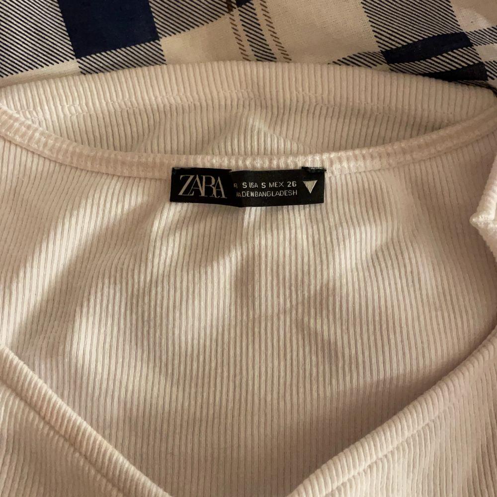 Topp från Zara med volang på ärmarna. Säljer pågrund av att den inte kommer till användning för mig! Bra skick. Frakt tillkommer. BUD:130kr nu. Toppar.