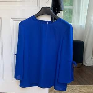 Blå enkel blus från Gina Tricot i storlek S. Superfin blå färg!