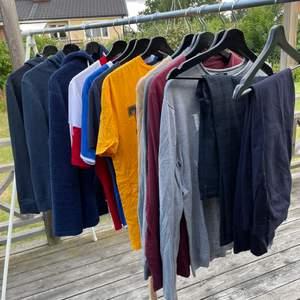 Säljer dessa plagg mellan storlek S-M. Köp allt för 500:-                                 Tröjor: 50-70 :- st M                                                                        Hoodies: 70 :- st S-M                                                                        Kostymbyxor: 100:- st M                                                                T-shirts: 50:- st M                                                                          Träningsplagg 40:- st. M