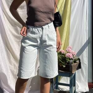 Jättesnygga shorts från Tommy Hilfiger köpta secondhand💖 storlek 32 (man tror jag) men jag är 176cm lång för jämförelse🌼