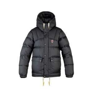 intressekoll på denna perfekta fina vinterjacka, stl Xxs men passar även större, svart i fiiint skick!!  ( bud på: 3800kr)