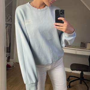 säljer denna fina blå sweatshirt från gina