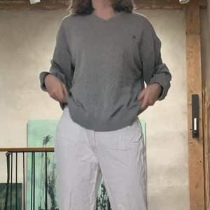 Fin grå v-ringad longsleeve från ivanhoe, är i fint skick och passar att ha både över och under andra plagg