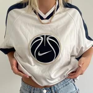 Så ball T-shirt köpt på Humana. Jättefint skick men kommer bara aldrig till användning. Storlek S men väldigt oversized