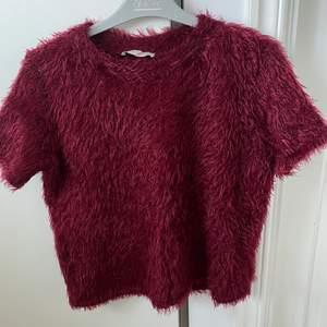 Säljer en mjuk och gosig t-shirt från zara för 50 kr exklusive frakt. Den är i storlek M men liten i stoleken så snarare S