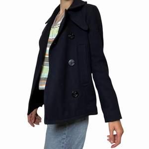 Såå snygg mörkblå pea coat från gap inköpt i Japan! Perfekt nu inför hösten! Köpte den för ett par år sedan men den är endast använd ett fåtal gånger och är därmed i mycket fint skick! Originalpriset var över 1000 kr!! Säljer för 400 kr (+frakt). Den är 60% ull!! Jag på bilden är 170 cm och brukar ha M på sådana kläder!