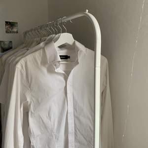 Säljer en ny skjorta från dressman, sitter perfekt oversized på storlek S <3 perfekt nu till hösten att ha bara som den är eller under något annat! Oändliga möjligheter:) skicka iväg ett meddelande för fler bilder 💙