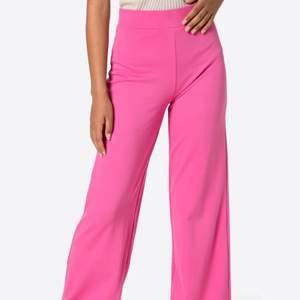Säljer mina rosa kostym byxor som är ett fåtal gånger använda, köpta för 500kr och säljer för 150kr
