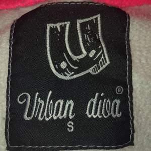 En skrik rosa kofta från Urban diva, med ett värde av 200kr. Jag har ingen andvändning av den och har bara andvänts ett fåtal gånger. Bra skick och bra kvalitet.