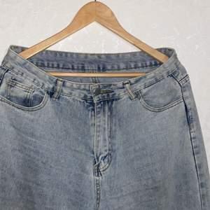 Jeans från shein, har använts runt 10 ggr. Strl L , midjan är 81 cm ungefär och längden är 110, 5. Nypris=219 kr Mitt pris =50 kr