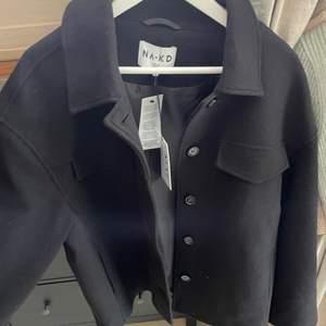 Säljer denna perfekt jackan i färgen svart från NA-KD! Perfekt nu till hösten men även vintern och in på våren. Heeeelt slutsåld på NA-KD, så vill du ha den är detta en bra chans❤️ Ordinariepriset är 800kr, hör av dig om du har några frågor! Helt ny aldrig använd.