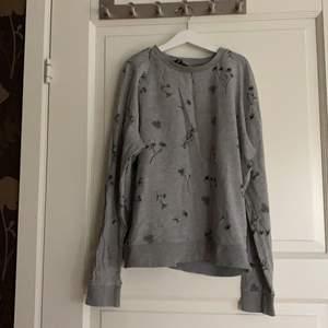 Jag köpte tröjan hör på ✨plick✨,storlek S, jag har aldrig använt tröjan själv och skulle säga att tröjan är i bra skick,jag köpte tröjan för 60 och säljer den för 30+köpare betalar frakten💚