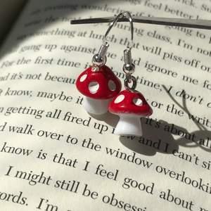 Röda svamp örhängen, Kroken är nickelfri men osäker på berlocken. ✨