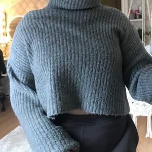Säljer den här superfina tröjan med högkrage köpt på Gina för några år sen, använd men mycket fint skick. Den är i storlek S men den är väldigt stretchig så skulle säga att den passar S-M, köparen står för frakten