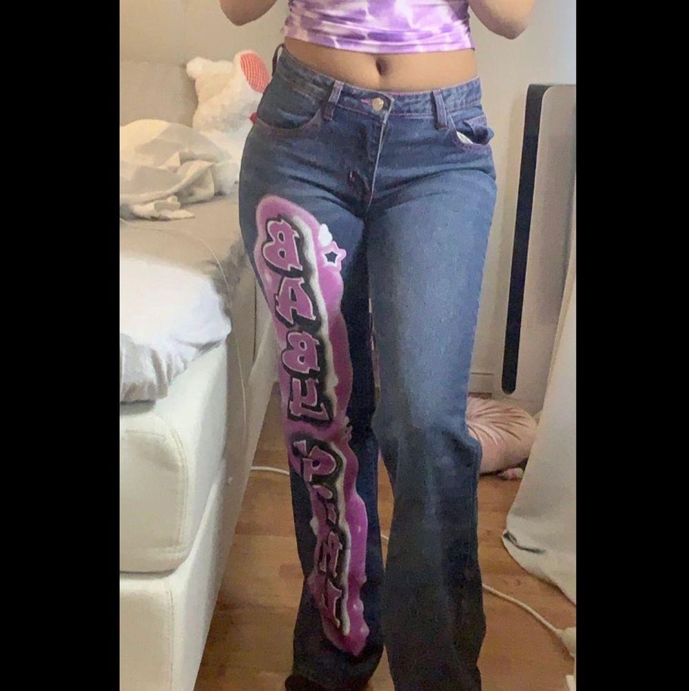 Jätte söta jeans från Jaded London köptes för 1200 med Tull och frakt . Säljer dom helt nya oanvända med pris lapp. Älskar jeansen men aldrig haft tillfälle o använda dom. Storlek w26 / S dessa jeans är slutsålda och går inte och få tag i.. Jeans & Byxor.