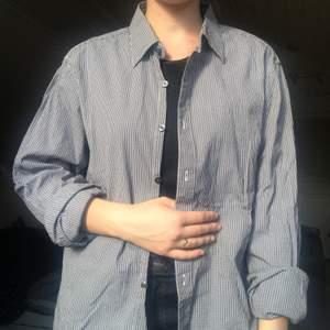 Svartvit rutig skjorta från GAP strl L i slim 🖤🐼  Skjortans modell är sydd efter en manskropp men passar även kvinnor!  Pris: 69kr plus frakt📦