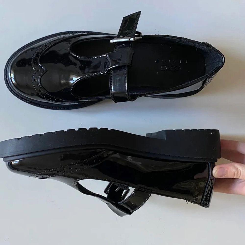 Säljer dessa skor, HELT OANVÄNDA. Älskar dom! Men de var tyvärr för små frakt: 66kr💞 . Skor.