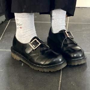vintage dr martens som tyvärr är lite för små för mig som har storlek 38/39. jättefint skick och inga repor eller dylikt. pris kan diskuteras så hör av er!! (har ej vägt skorna så är inte 100% säker på att jag satt rätt fraktpris, kommer dubbelkolla sen!)