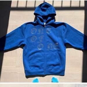 SÖKER!!! söker en oneofone zip up hoodie i färgen lila, blå, svart, eller grå!! Är villig att betala nästan hur mycket som helst!!!