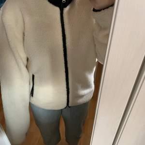 Säljer denna jacka/tröja går att använda som båda då den inte är min stil. Man kan ha både krage uppe och ner. Storlek L. Köparen står för frakten