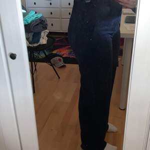 Säljer mina oanvända blå Manchester byxor från Gina tricot nypris 399kr mitt pris 200 plus frakt. Storlek 42. Frakten kan variera.