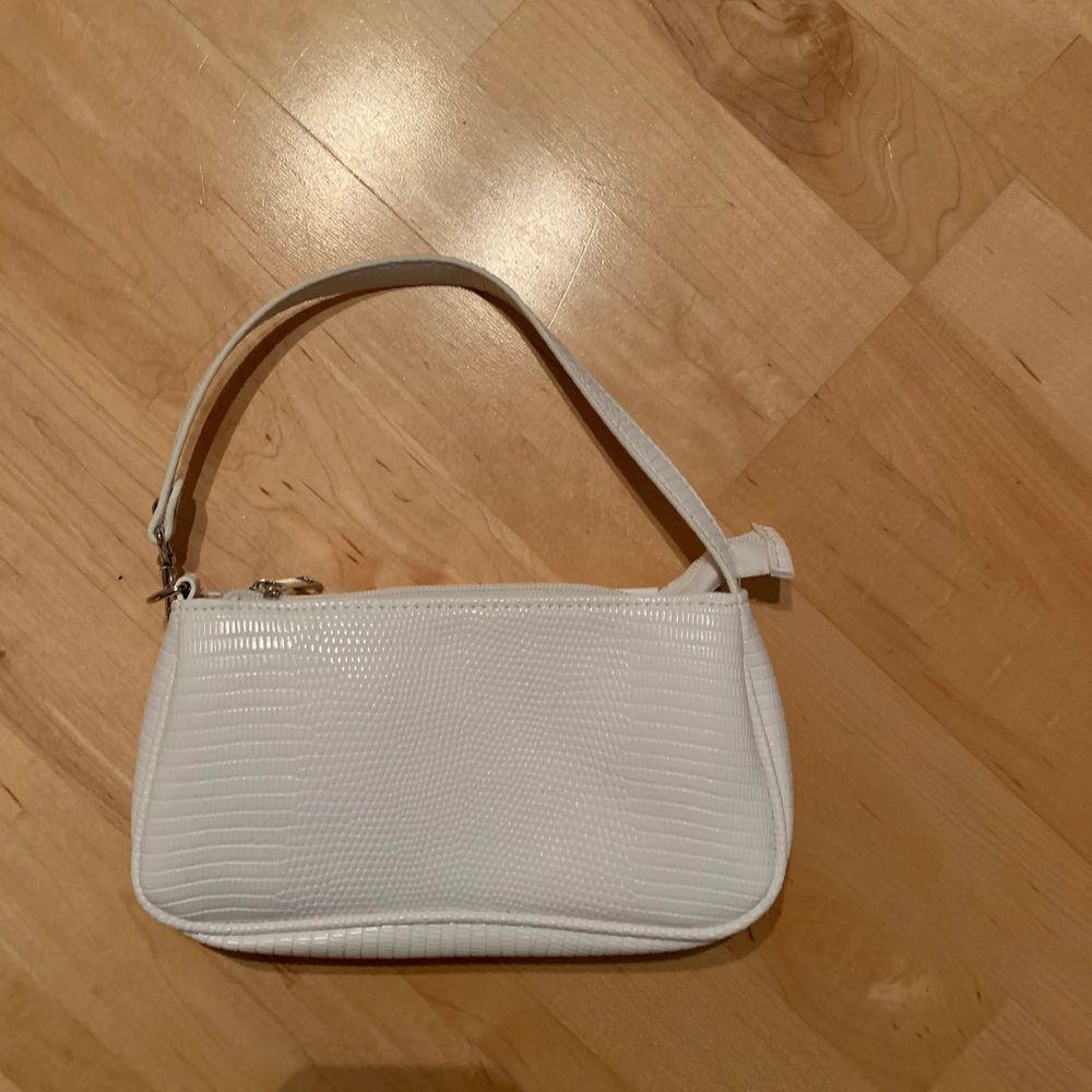 Säljer en helt oanvänd liten väska, den har mönster på utsidan. Köparen står för frakten. Frakten kan variera . Väskor.