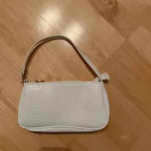 Säljer en helt oanvänd liten väska, den har mönster på utsidan. Köparen står för frakten. Frakten kan variera