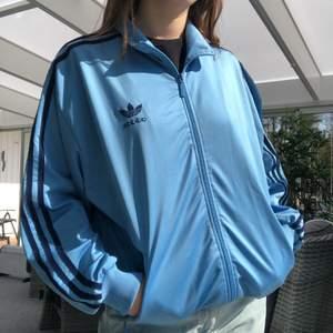Adidas kofta, äldre modell. Storlek M (38/40) och sitter oversized på mig. 120kr + frakt 😍