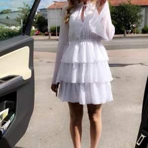 En perfekt klänning för skolavslutning eller student 🤍 endast använd 1 gång, säljes pga för liten 🤍 Från Linn Ahlborgs gamla kollektion med NAKD, som ny! 🤍 249kr + frakt