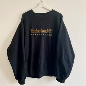 FINNS ANNONSEN KVAR FINNS PLAGGET KVAR⭐️ Asnajs svart vintage collegetröja från Timberland i urtvättat men fint skick! Snygg oversized fit! Skriv privat för fler bilder och ifall fler är intresserade blir det budgivning!⭐️