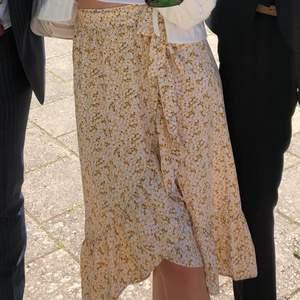 """Medellång kjol med volanger och som hår """"omlott"""" frpn monki. Endast använd vid ett tillfälle så den är helt i nyskick❤️ superfin till sommaren"""