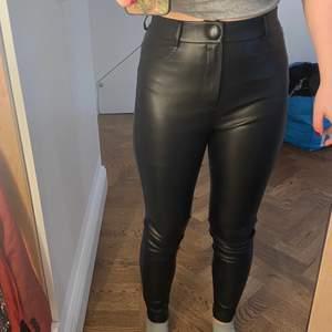 Snygga tajta skinnbyxor från Zara i strl S. Jag är 163 men dom funkar på någon som är lite längre. Kostar 155 kr + frakt så det blir totalt 200 kr