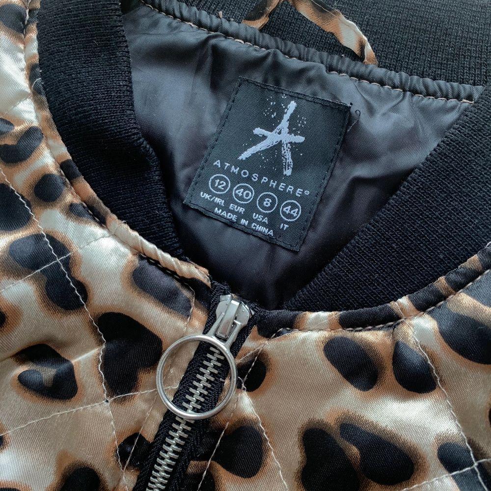 Leopardmönstrad bomberjacka från Atmosphere. Jackor.