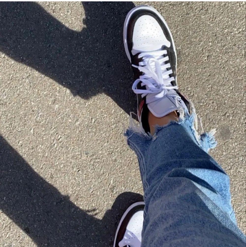 LÄGGER UPP IGEN PGA OSERIÖS KÖPARE! Jordan 1 mids ÄKTA köpta ett år sen för 1200kr💕 storlek 40,5 men passar 39/40. Skriv för fler bilder, Original boxen tillkommer😊 Kan mötas upp annars står köparen för frakt💕. Skor.