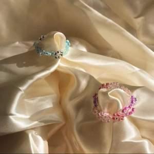BFF FLOWER WREATH SET 💙🌸 säljer handgjorda ring set av glaspärlor - 59kr men eftersom att det är rea tills 8 maj så är det rea på 35kr 💕 I setet får man en blå Blom ring och en rosa blom ring! Passa på nu!! Också perfekt smycke inför sommaren med fina toppar ju 😍 Instagram @designbyliya_ ❗️❗️❗️